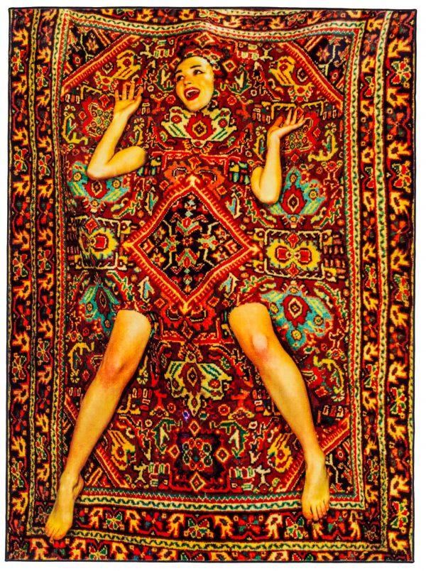 Papier hygiénique - Dame sur tapis - 194 x 280 cm multicolores Seletti Maurizio Cattelan | Pierpaolo Ferrari