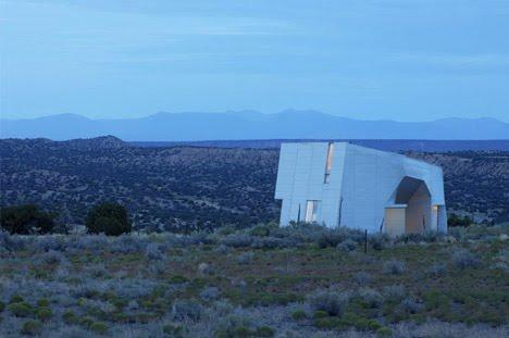 """Casa """"monolitica"""" in metallo nel deserto, di Steven Holl"""