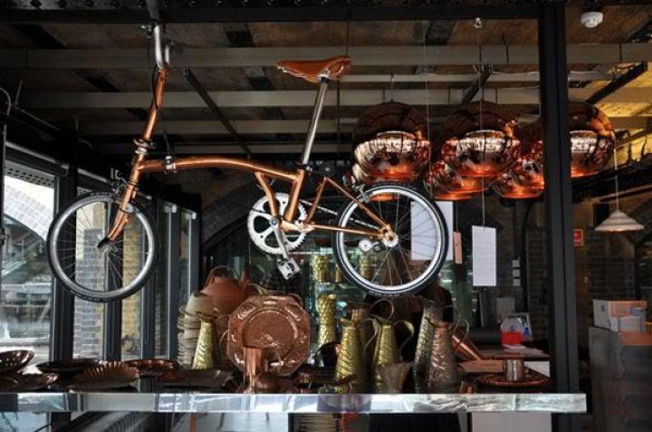 tom-Dixon-Brompton plegable-moto-cobre-2