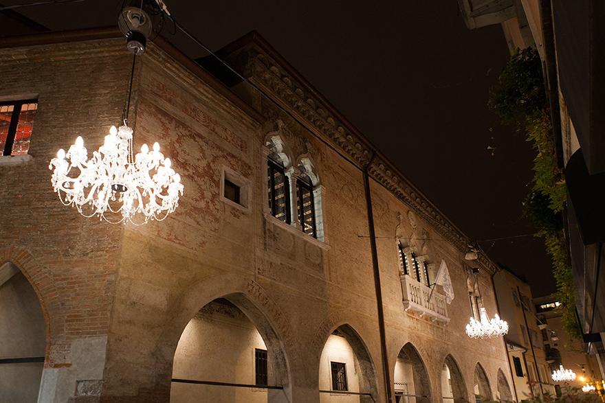 屋外のための唯一の特許取得済みのランプ:トレヴィーゾのためのクリスマスライトは、MasieroはDrylightセンターがインストールされます。