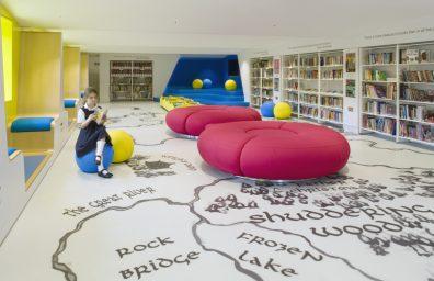 Παιδική Βιβλιοθήκη του Λονδίνου Day School Θωμά από το Hugh Broughton Αρχιτέκτονες και HI-MACS