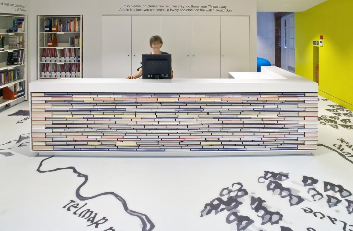 biblioteca infantil Day School de Londres de Thomas por Hugh Broughton arquitectos y HI-MACS