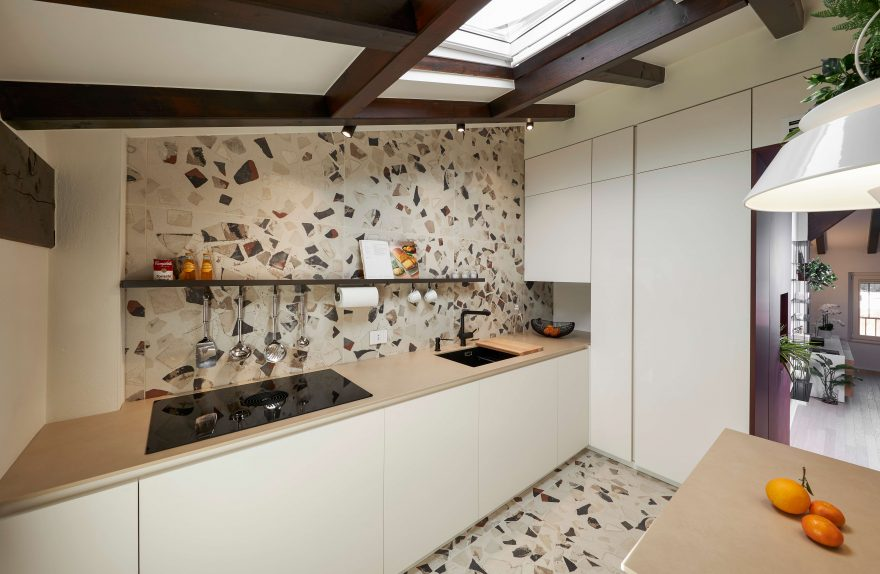 Küche mit Keramik-Cocci-Effekt-Beschichtung und Eden-Lampe von Torremato